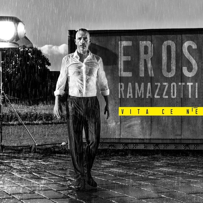 Czas leci. Eros Ramazzotti na nowej płycie poddaje refleksji swoje życie w połowie szóstego krzyżyka. A robi to tak, że i słuchacz zaczyna się martwić. Własną starością, przemijaniem, stanem Włoch i Włochów.