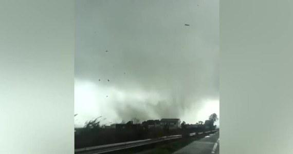 Seria tornad przetoczyła się w niedzielę przez południowo-wschodnie Włochy. Jedno z nich, w okolicach Crotone, zostało nagrane przez kierowcę.