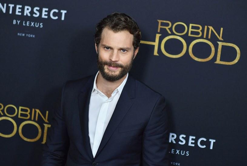 """""""Wiedzieliśmy, że to musi być film dla widza współczesnego, że powinien mówić o współczesności. Opowiadamy o postaci, którą większość widzów zna, ale płyniemy pod prąd oczekiwaniom"""" - mówi Jamie Dornan o filmie """"Robin Hood: Początek"""". Produkcja trafi na ekrany polskich kin nietypowo, bo w czwartek, 29 listopada."""