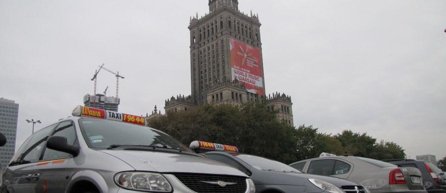 Taksówkarze w Warszawie znów będą protestować. W środę kierowcy ruszą o godz. 12.00 z dwóch miejsc – z błoń Stadionu Narodowego i spod Torwaru. Nie chcą jednak informować, dokąd pojadą. Obawiają się, że służby utrudnią im protest.