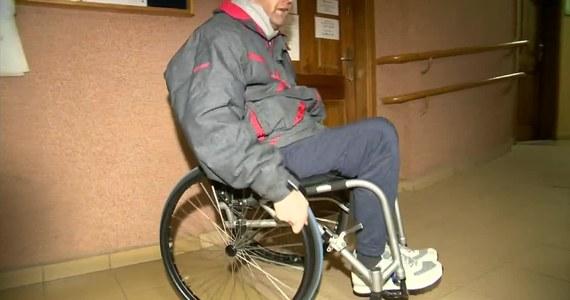 Poruszający się na wózku inwalidzkim radny Łukasz Dudek nie wziął udziału uroczystej inauguracyjnej sesji Rady Miasta Aleksandrowa Kujawskiego. Budynek nie jest przystosowany do potrzeb osób niepełnosprawnych, co uniemożliwiło mu dostanie się na pierwsze piętro i złożenie ślubowania.