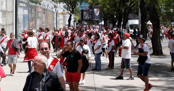 W Ameryce Południowej piłka nożna jest religią. Kibice są w stanie zrobić wiele, by okazać wsparcie ukochanemu zespołowi, szczególnie, gdy rywalizują ze sobą drużyny z jednego miasta, odwieczni rywale, tak jak ma to miejsce w tegorocznym finale Copa Libertadores. Czasem pomysły kibiców przekraczają jednak wszelkie wyobrażenie, tak jak zachowanie matki, która przykleiła do brzucha syna race, by przeszmuglować je na stadion Boca Juniors.