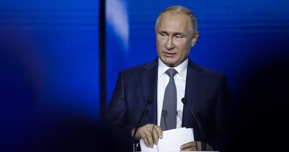 """Incydent na Morzu Czarnym był """"prowokacją"""", zorganizowaną przez ukraińskie władze z myślą o podbiciu notowań prezydenta Petra Poroszenki przed przyszłorocznymi wyborami prezydenckimi i """"obliczoną na to, by wykorzystać ją jako pretekst"""" do wprowadzenia na Ukrainie stanu wojennego - oświadczył prezydent Rosji Władimir Putin w przemówieniu wygłoszonym podczas forum inwestycyjnego w Moskwie."""