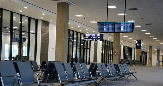 Samolot z New Delhi, który lądował na lotnisku Arlanda w Sztokholmie, wbił się skrzydłem w budynek portu lotniczego. Na pokładzie samolotu było 179 pasażerów.