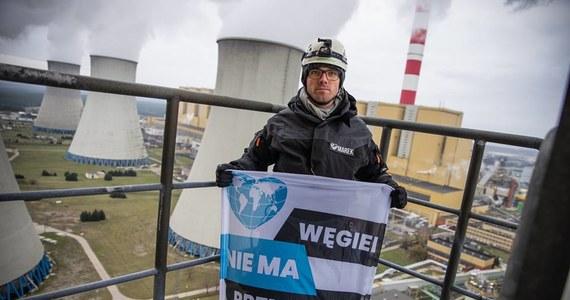 """Protest działaczy Greenpeace na kominie chłodni Elektrowni Bełchatów w Łódzkiem zakończony zarzutami. """"Zieloni"""" odpowiedzą za naruszenie miru domowego, czyli wtargnięcie na teren zakładu lub nieopuszczenie terenu, chociaż żądała tego osoba uprawniona."""