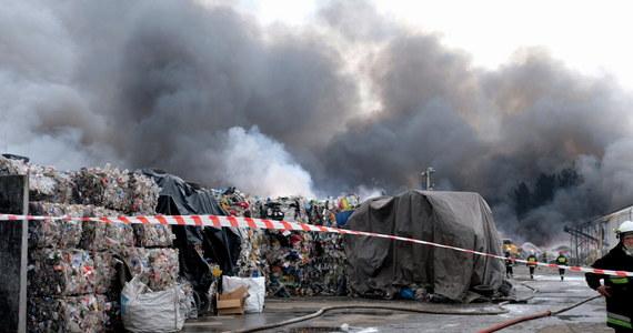Nawet do jutra może potrwać dogaszanie pożaru składowiska opon i tworzyw sztucznych w Żorach na Śląsku.  Ogień wybuchł tam w nocy z wtorku na środę.