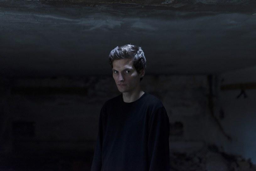 """Perfect Son, czyli Tobiasz Biliński, jest pierwszym polskim artystą, który podpisał kontrakt z kultową amerykańską wytwórnią Sub Pop (m.in. Nirvana, Soundgarden, Fleet Foxes, The Afghan Whigs). Jego najnowszy album zatytułowany """"Cast""""  ukaże się na całym świecie 15 lutego 2019 roku."""