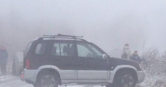 Jedna z ulic Gdańska w środowy poranek. Właśnie spadł śnieg. Auto terenowe bezwładnie zsuwa się po stromej, oblodzonej drodze, uderzając w trzy inne samochody stojące na poboczu. Sytuacja wygląda naprawdę poważnie. Taki film otrzymaliśmy od naszego słuchacza, który wraz z innymi mieszkańcami prosił o interwencję w sprawie niebezpiecznej drogi.