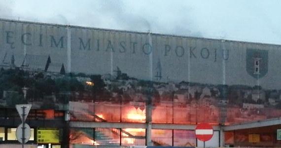 Płonie budynek dworca kolejowego w Oświęcimiu. Na miejscu jest 7 jednostek straży pożarnej. Jak na razie nie ma informacji o poszkodowanych. Pożar miał wybuchnąć w części dworca, która jest rozbierana. Nie wpływa na organizację ruchy kolejowego – podała oświęcimska straż pożarna.