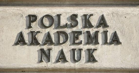 W Polskiej Akademii Nauk od lat narasta spór na temat przyszłości tej szacownej instytucji. Prof. Jerzy Duszyński, prezes PAN, wybrany ostatnio na drugą kadencję, dąży do połączenia autonomicznych do tej pory instytutów badawczych w jedną, centralnie nadzorowaną strukturę. Jego zdaniem to pozwoli połączyć rozproszony do tej pory potencjał naukowy i sprawi, że taka instytucja zacznie być widoczna na naukowej mapie Europy. Część dyrektorów instytutów, także tych, które najlepiej sobie naukowo i finansowo radzą, nie chce o tym słyszeć. Ich zdaniem, narzucenie zewnętrznego nadzoru tylko skomplikuje ich działalność, nie przynosząc żadnych konkretnych korzyści. Niektóre instytuty nieoficjalnie przyznają, że w takim razie rozważają stowarzyszenie z silnymi uczelniami, poza Akademią. Nowa ustawa o nauce daje takie możliwości. W RMF FM oddajemy głos obu stronom sporu.