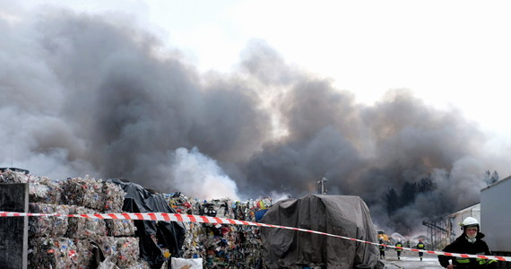 Prokuratura wszczęła śledztwo w sprawie pożaru, do którego doszło w nocy z wtorku na środę w Żorach w Śląskiem. Ogień wybuchł na składowisku opon i tworzyw sztucznych. Jak się okazuje, urząd miasta kontrolował to miejsce przed pożarem i stwierdził nieprawidłowości.