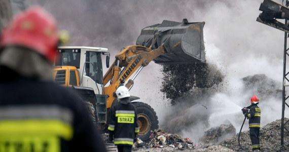 Prokuratura Okręgowa w Gliwicach przejęła śledztwo w sprawie wciąż nieugaszonego pożaru na składowisku opon i tworzyw sztucznych w Żorach w woj. Śląskim. Strażacy spodziewają się dodatkowego ciężkiego sprzętu, co ma przyśpieszyć akcję.