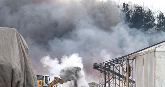 Kilkudziesięciu strażaków wciąż pracuje na składowisku opon i tworzyw sztucznych w Żorach na Śląsku. W nocy z wtorku na środę wybuchł tam pożar. Jego dogaszanie może potrwać jeszcze kilka dni. Według strażaków, badania powietrza, nie wykazały niebezpiecznych stężeń szkodliwych substancji. W rozmowie z reporterką RMF FM mieszkańcy skarżą się jednak na uciążliwy, nieprzyjemny odór.