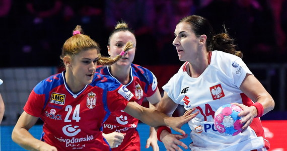 Reprezentacja Polski w piłce ręcznej kobiet bardzo źle rozpoczęła mistrzostwa Europy. Polki w swoim pierwszym meczu turniejowym grupy A przegrały z Serbią w Nantes 26:33 (14:13). W drugim piątkowym spotkaniu tej grupy Dania zagra ze Szwecją (g. 21).