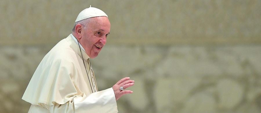 """Papież Franciszek przyznał, że martwi go homoseksualizm wśród księży i zakonników. W ukazującym się wkrótce w wielu krajach wywiadzie-rzece """"Siła powołania"""" ocenił, że Kościół nie podszedł w odpowiedni sposób do tej sprawy, którą uznał za """"bardzo poważną""""."""