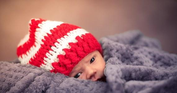 Prokuratura w Ropczycach na Podkarpaciu wszczęła postępowanie w sprawie porodu, jaki miał miejsce na terenie tamtejszego ośrodka zdrowia. 38-letnia kobieta urodziła dziecko na korytarzu. Poród odebrał ojciec dziecka. Personel placówki się nie pojawił, mimo wezwań dzwonkiem.