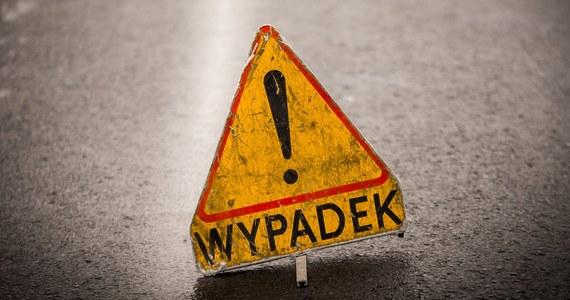 Dwie osoby zostały ranne w wypadku, do jakiego doszło w sobotę po południu na drodze krajowej nr 74 w Jaksonku w Łódzkiem. Zderzyły się tam bus i 3 samochody osobowe. Droga jest całkowicie zablokowana. Wprowadzono objazdy.
