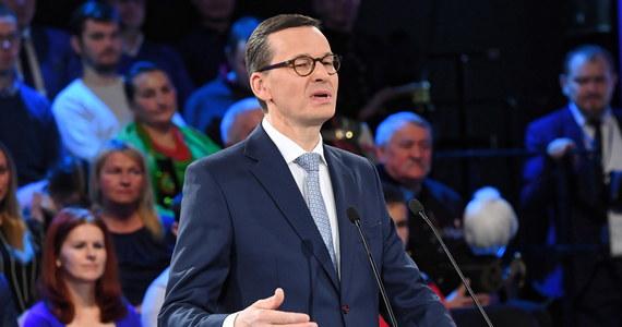 """Wypełniliśmy nasze zobowiązania wyborcze; piąty kwartał wzrost gospodarczy wynosi pięć lub więcej procent, a deficyt i bezrobocie są jednymi z najniższych po 1989 roku - mówił w sobotę premier Mateusz Morawiecki na konferencji """"Praca dla Polski"""". Zaprosił też opozycję do """"merytorycznej współpracy""""."""