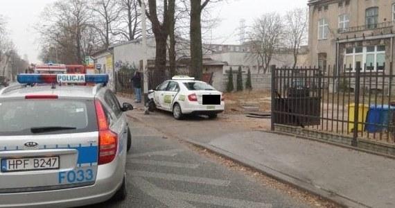 Trzy osoby zostały ranne w wypadku, do którego doszło w Łodzi. Taksówka potrąciła najpierw dwóch przechodniów, a następnie uderzyła w latarnię i mur. Obrażeń doznał również pasażer taksówki.
