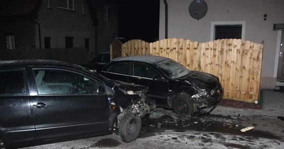 Do 5 lat więzienia grozi mężczyźnie, który w nocy uciekał przed policją w Gliwicach. Mężczyzna nie zatrzymał się do kontroli, bo nie ma prawa jazdy. Uciekając w Knurowie rozbił swoje auto i dwa inne.