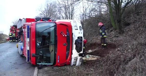 Strażacy z Wałbrzycha jadąc do kolizji dwóch osobówek sami wpadli w poślizg.