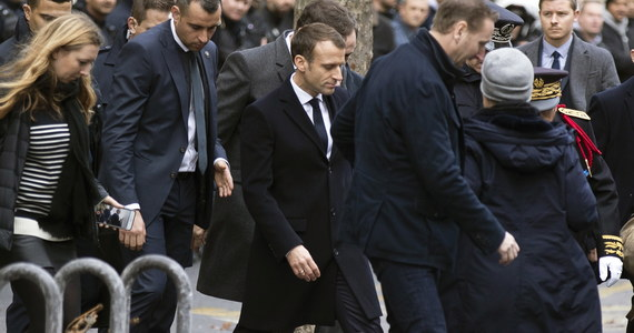 """Francuski prezydent Emmanuel Macron polecił premierowi Edouardowi Philippe przeprowadzenie rozmów z liderami politycznymi i przedstawicielami """"żółtych kamizelek"""", które przez weekend protestowały przeciwko podwyżkom cen benzyny."""