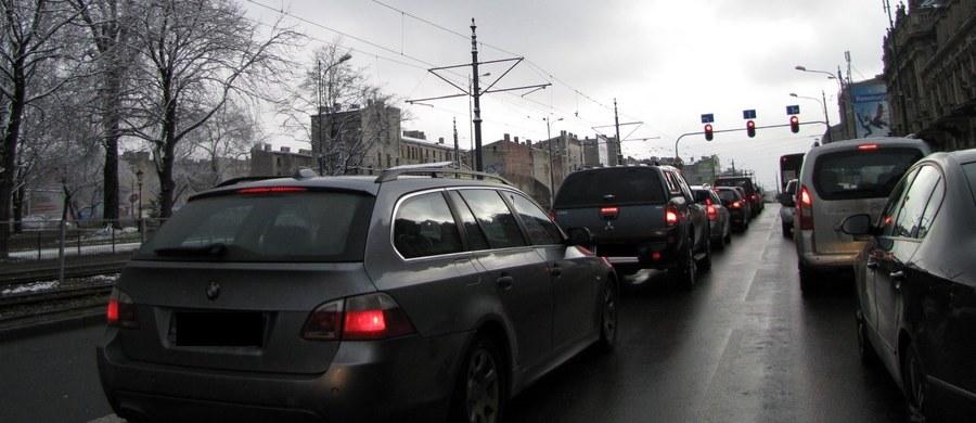 Komunikacyjny paraliż na obwodnicy Krakowa. Na jezdni w kierunku Katowic rano utworzył się korek o długości kilkunastu kilometrów. Policja blokowała ruch, by autostradą A4 mogły przejechać kolumny z delegatami na szczyt klimatyczny w Katowicach.