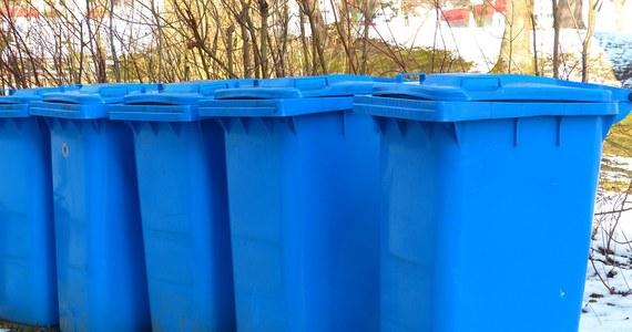 Warszawa coraz bliżej śmieciowej katastrofy. Nie uda się jutro zakończyć przetargu na wybór firm, które odbiorą odpady od mieszkańców. Jak ustalił dziennikarz RMF FM Mariusz Piekarski, w ostatniej chwili wpłynęły odwołania od warunków przetargu, a jutro miały być już otwarte koperty z ofertami. Obecne umowy na odbiór odpadów kończą się za miesiąc.