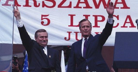 """""""Biuro Lecha Wałęsy zwróciło się z prośbą do Pałacu Prezydenckiego o pomoc w organizacji wyjazdu na pogrzeb ś.p. Prezydenta USA George'a H.W. Busha. O 15.00 Prezydent RP Andrzej Duda przychylił się do tej prośby i przed 20.00 uzgodniono szczegóły lotu"""" - napisał na Twitterze prezydencki rzecznik Błażej Spychalski. Udział w uroczystościach żałobnych w Waszyngtonie zapowiedział także prezydent Andrzej Duda. George H.W. Bush, w latach 1989-1993 prezydent USA, a wcześniej wiceprezydent w administracji Ronalda Reagana, zmarł w piątek wieczorem w wieku 94 lat."""