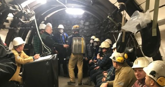 Dziś Barbórka, czyli Dzień Górnika. Z tej okazji byliśmy w Bytomiu, w tamtejszej Okręgowej Stacji Ratownictwa Górniczego, gdzie znajduje się miejsce do ćwiczeń dla górniczych ratowników. W specjalnych komorach, zostały tam stworzone warunki, które mają być jak najbardziej zbliżone do tych, z jakimi ratownicy mogą zetknąć się w czasie podziemnych akcji.