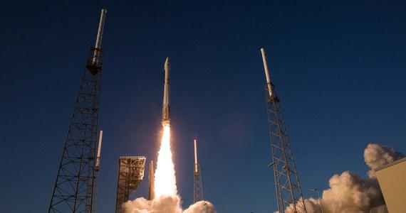 Amerykańska sonda Osiris-Rex dotarła w okolice asteroidy Bennu, która - według obliczeń - może uderzyć w Ziemię za ok. 160 lat. Naukowcy spodziewają się, że sonda wykryje związki organiczne kluczowe dla powstania życia. Wystrzelona we wrześniu 2016 roku  sonda w ciągu trwającej kilka lat misji ma przeprowadzić dokładne badania i obrać próbki oraz dostarczyć je na Ziemię.