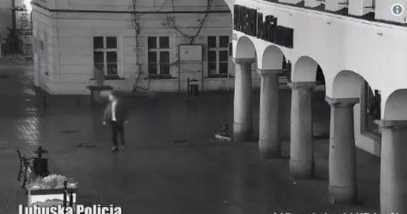Zielonogórscy policjanci zatrzymali mężczyznę, który najpierw rzucił się na przejeżdżającą piaskarkę, a potem na jej kierowcę. Jak się okazało, był pijany. Atak zarejestrowały kamery monitoringu.