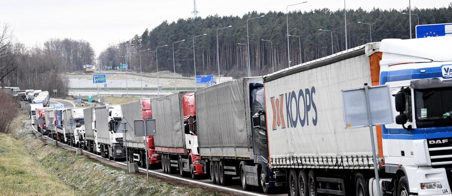 """""""Nawet kilkanaście tysięcy polskich firm transportowych może upaść przez nowe przepisy dotyczące transportu międzynarodowego"""" - alarmują w rozmowie z RMF FM przewoźnicy ze Związku Pracodawców Transport i Logistyka Polska. Przypomnijmy: przyjęte przez unijnych ministrów zakładają między innymi, że droższe będzie stosowanie tak zwanego kabotażu. Chodzi o przewóz ładunków między dwoma krajami przez firmę, która w żadnym z tych państw nie ma swojej siedziby."""