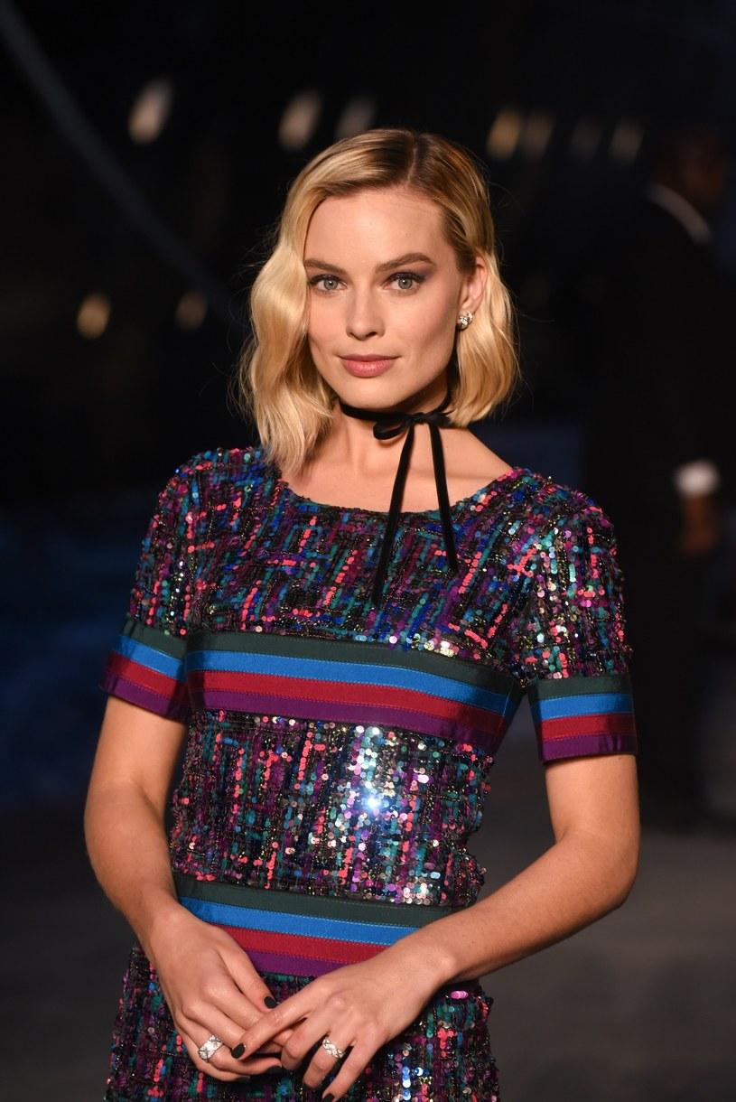 """Podczas występu w talk-show """"The Tonight Show"""" Margot Robbie przyznała, że zdarzyło jej się zakończyć związek w... walentynki. Z perspektywy czasu przyznaje, że nie wykazała się wtedy najlepszym wyczuciem czasu."""