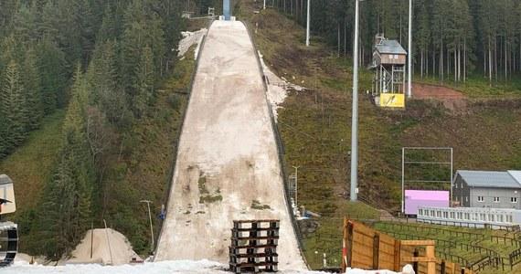 Z powodu wysokich temperatur i spodziewanych obfitych opadów deszczu Międzynarodowa Federacja Narciarska (FIS) zdecydowała o odwołaniu planowanych na najbliższy weekend zawodów Pucharu Świata w skokach narciarskich w niemieckim Titisee-Neustadt. Według FIS, nie ma mowy o przeniesieniu konkursów do innego ośrodka. Nie wiadomo natomiast, czy kalendarz PŚ zostanie uzupełniony w następnych tygodniach.