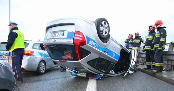 Wypadek radiowozu na Drogowej Trasie Średnicowej w Katowicach. Samochód jechał w kolumnie eskortującej delegację Botswany. Informację dostaliśmy na Gorącą Linię RMF FM.