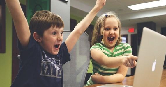 """Z bezpłatnej nauki podstaw programowania komputerowego dla dzieci można skorzystać w szesnastu polskich miastach. W ramach akcji Godzina Kodowania otwarto tam Kluby Młodego Programisty. To część trwającego Tygodnia Edukacji Informatycznej. """"Zajęcia są adresowane do dzieci w wieku od pierwszej do szóstej klasy szkoły podstawowej. Kluby działają między innymi w Nysie, Siedlcach, Stargardzie. Uczymy dzieci tego, że idea programowania polega na tym, że skomplikowane problemy rozkładamy na mniejsze części"""" - tłumaczy Karolina Olejak, organizatorka akcji."""