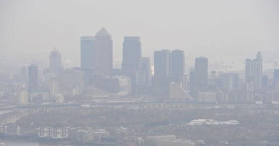 Dokładnie 66 lat temu - w 1952 roku - w Londynie rozpoczął się wielki smog. To zjawisko kosztowało życie 12 tys. mieszkańców brytyjskiej stolicy. Nonszalancja energetyczna i zaskakujące warunki pogodowe, dały Brytyjczykom nauczkę, której nie mogli zignorować. Dzięki niej, zmienili podejście do ochrony środowiska. Dziś czerpią z tego korzyści.