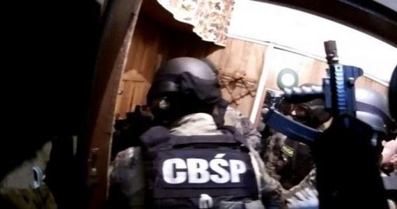 Prawie 300 policjantów z CBŚP i KWP w Poznaniu brało udział w rozbiciu zorganizowanej grupy przestępczej, której członkowie są podejrzani o wyłudzenie pożyczek ze środków Unii Europejskiej. Chodzi o 68 mln zł. Podczas akcji, przeprowadzonej jednocześnie w kilku miastach zatrzymano 22 osoby. Przeszukano ponad 120 siedzib firm i mieszkań podejrzanych.