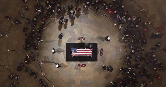 Prezydent Andrzej Duda wraz z byłym prezydentem Lechem Wałęsą przybyli do Waszyngtonu. Politycy wezmą udział w uroczystości pogrzebowej byłego prezydenta Stanów Zjednoczonych George'a Busha Seniora. 5 grudnia jest w Stanach Zjednoczonych dniem żałoby narodowej.