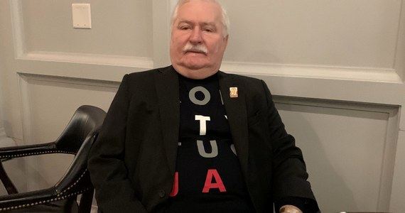 """Podczas lotu z byłym prezydentem Lechem Wałęsą """"rozmawialiśmy zdawkowo"""" - przyznał prezydent Andrzej Duda w Waszyngtonie. """"Każdy miał swoje zajęcia, a zdecydowana większość lotu została przez wszystkich przespana"""" - dodał. Lech Wałęsa powiedział z kolei: """"Założyłem, że nasze rozmowy do niczego nie doprowadzą, postanowiłem, by moja koszulka mówiła"""". Były prezydent był też pytany o ewentualne pojednanie z Andrzejem Dudą."""