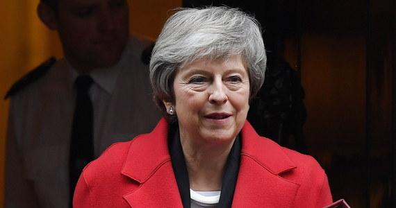 """Przebieg dyskusji wokół planowanego wyjścia Wielkiej Brytanii z Unii Europejskiej był """"upokarzający"""" dla premier Theresy May, oceniły brytyjskie media. Po raz pierwszy od 40 lat rząd przegrał trzy głosowania w ciągu jednego dnia."""