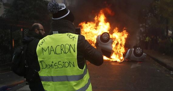 """Kolejne ustępstwa francuskiego rządu wobec protestującego ruchu """"żółtych kamizelek"""". Premier Edouard Philippe obiecał, że podwyżki akcyzy na paliwa zostaną odwołane, zamiast - jak wcześniej zapowiadał - zawieszone na pół roku."""