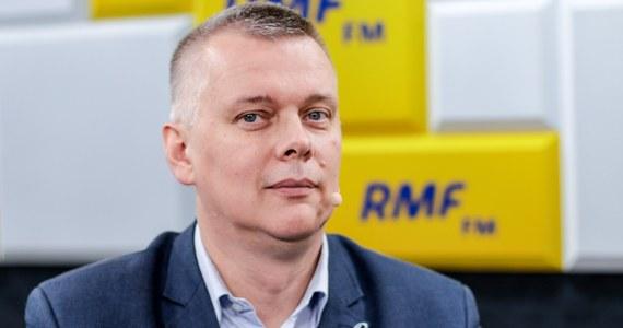 """""""Kamil Gasiuk-Pihowicz wie, że obiecać możemy ciężką pracę, wspólny projekt i za rok, odsunięcie PiS-u od władzy"""" - mówi w Popołudniowej rozmowie w RMF FM Tomasz Siemoniak, wiceprzewodniczący Platformy Obywatelskiej. Odniósł się też do zarzutów, które stawiają posłowie PiS, że zaoferowanie Gasiuk-Pihowicz stanowiska wiceprzewodniczącej nowego klubu, to korupcja polityczna. """"Korupcję polityczną uprawiają ci, którzy mają władze i pieniądze. My oferujemy ciężką pracę w bardzo dobrym towarzystwie ludzi, którzy są patriotami"""" - uważa gość Marcina Zaborskiego."""