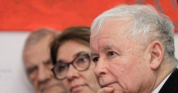 """""""Ojczyzna, naród, niepodległość to pojęcia, które można rozumieć bardzo prosto, ale nawet w tym prostym rozumieniu stają różnego rodzaju problemy"""" - stwierdził prezes Prawa i Sprawiedliwości Jarosław Kaczyński na premierze albumów Instytutu Pamięci Narodowej o twórcach polskiej niepodległości. Jego zdaniem, nawet jeżeli intuicyjnie rozumiemy sens słowa """"ojczyzna"""", to na przestrzeni dziejów było ono rozumiane rozmaicie."""