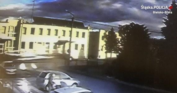 Do niecodziennego zdarzenia doszło na parkingu w Jasienicy w powiecie bielskim. Kobieta zostawiła swojego fiata na miejscu parkingowym. Kiedy wróciła, samochód stał kilka miejsc dalej - na przejściu dla pieszych. Zaskoczona zawiadomiła policję, że ktoś najprawdopodobniej usiłował skraść jej auto. Dopiero po przejrzeniu zapisów monitoringu okazało się, że sytuacja wyglądała zupełnie inaczej...