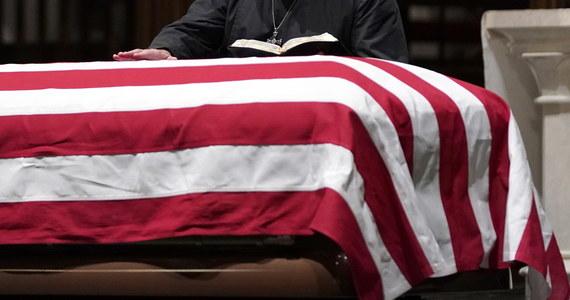Po nabożeństwie żałobnym w Houston trumna z ciałem George'a H. W. Busha zostanie przewieziona specjalnym pociągiem do College Station, gdzie 41. prezydent USA zostanie pochowany obok swojej żony Barbary i córki Robin.