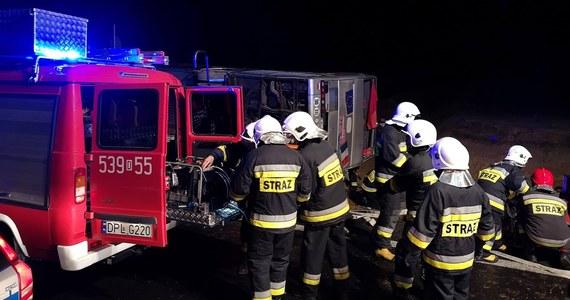 1 osoba zginęła, a 19 jest poszkodowanych - to najnowszy bilans wypadku autokaru na dolnośląskim odcinku S3 na wysokości Kaźmierzowa. Pojazd zjechał z drogi i przewrócił się na bok na wjeździe na S3 w kierunku Polkowic na wysokości miejscowości Sucha Górna.