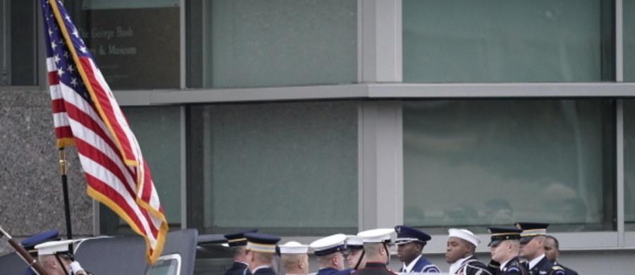 Trumna z ciałem George'a H. W. Busha spoczęła w czwartek w College Station - poinformowała Associated Press. Były prezydent Stanów Zjednoczonych został pochowany obok swojej żony Barbary i córki Robin.