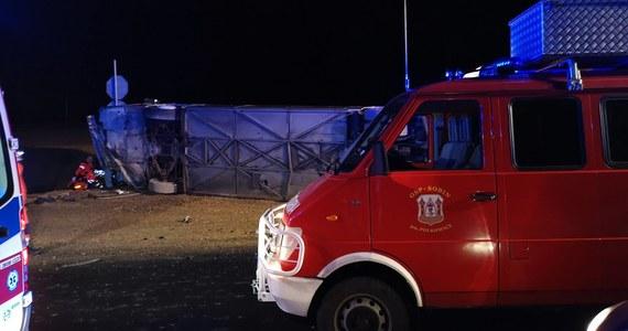 Policja zatrzymała kierowcę autokaru, który spowodował wypadek na dolnośląskim odcinku drogi S3 niedaleko miejscowości Sucha Górna w powiecie polkowickim na Dolnym Śląsku.  Jedna osoba nie żyje, a ponad 20 zostało rannych – to bilans tragicznego zdarzenia. Autokarem podróżowało 51 osób. Rozbity pojazd został już usunięty z S3, ruch na drodze został przywrócony około godziny 4.